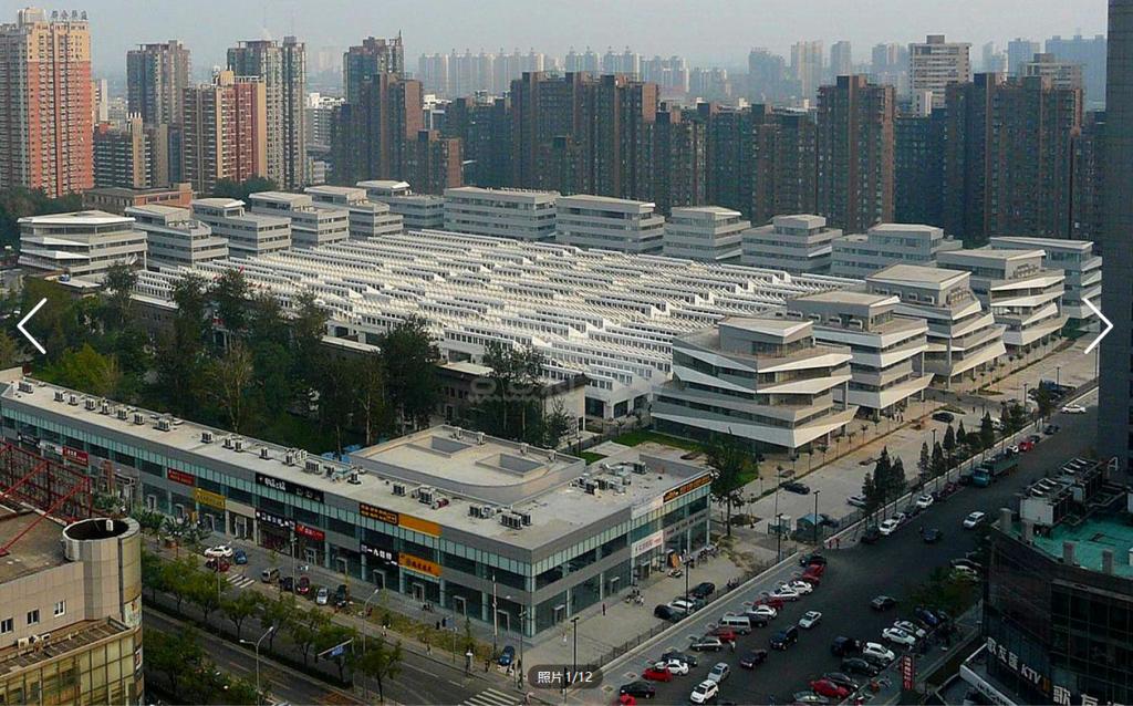 莱锦文化创意产业园位于北京地铁1号四惠站旁,距离地铁口只有11分钟的步行路程,是一个十分方便的写字楼,而且这里的出租户型不是很多,目前点点租上就有5套办公室在租,出租户型5-1200m,从户型来看,这里的写字楼有大中小户型,可以满足大中小型企业来入住哦。写字楼租金为8.
